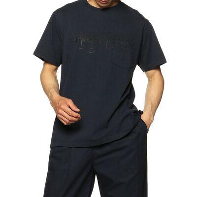 ENGINEERED GARMENTS(エンジニアード ガーメンツ)ロゴプリントクロスネックTシャツ